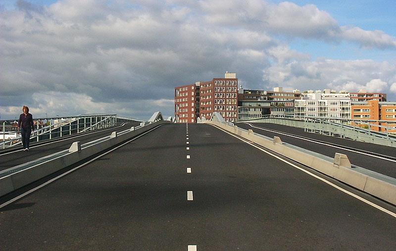 boven=Sumatrakade onder=brug 2000, Jan Schaefferbrug (IJhaven/Kattenburgerstraat)  Klik rechts om naar rechts te kijken, links voor kijken naar links, boven in het midden om rechtdoor te gaan en beneden om om te keren.