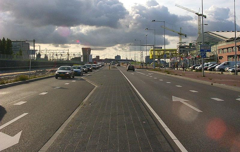 boven=Piet Heinkade rechts=de Passengers Terminal onder=Piet Heinkade  Klik rechts om naar rechts te kijken, links voor kijken naar links, boven in het midden om rechtdoor te gaan en beneden om om te keren.